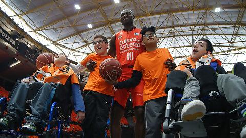 Calendario Solidario 2017 del Valencia Basket junto con el CPCI Cruz Roja