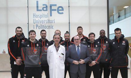 Visita de Valencia Basket a los hospitales con 'Un Juguete, una sonrisa'