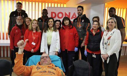 Los jugadores de Valencia Basket visitan la jornada de donación de sangre