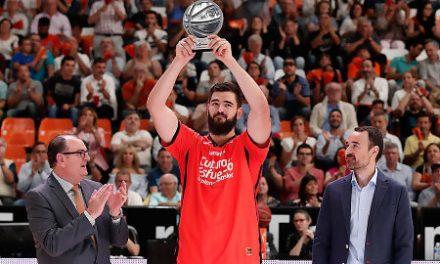 Bojan Dubljevic recibe el trofeo del Mejor Quinteto de la Liga Endesa
