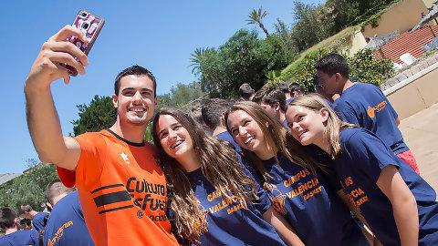 Alberto Abalde visita el Campus de Verano de Valencia Basket