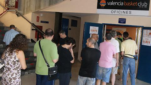 Oficinas y tienda de valencia basket inician el lunes el for Horario oficina correos valencia