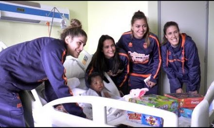 Las jugadores de LF2 visitan a los hospitalizados en el Hospital Dr. Peset