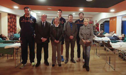 Los jugadores de Valencia Basket visitan la donación de sangre en la Fonteta