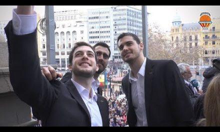 Valencia Basket disfrutó de la mascletà en el Ayuntamiento de València