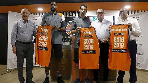 Rafa Martínez y Will Thomas brindan por su renovación con Bodegas El Villar