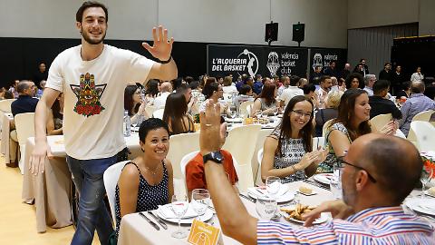 Valencia Basket se reúne con sus aficionados en el Sopar de Penyes
