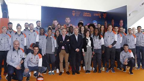 Los jugadores visitan el stand del Valencia Basket en la Feria del Corredor