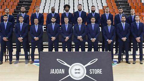 Los jugadores de Valencia BC estrenan sus trajes de Sastrería Jajoan