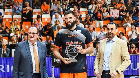 Bojan Dubljevic recibe su trofeo como integrante del Mejor Quinteto