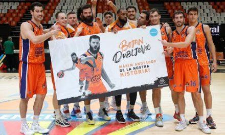 Celebración en pista máximo Bojan Dubljevic anotador de la historia del Valencia Basket