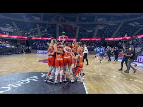 Celebración en pista Final Supercopa LF Endesa Valencia Basket 81 – Perfumerías Avenida 63