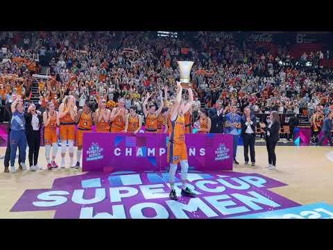 Anna Gómez levanta el trofeo de campeonas de la SuperCup Women